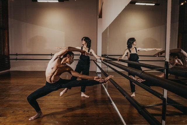 Utiliser le miroir quand on danse